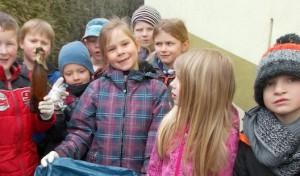Frühjahrsputz rund um den Kindergarten Wallen