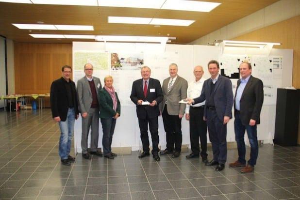 Die Jurymitglieder unter Vorsitz von Prof. Andreas Fritzen (2.v.r.) präsentieren die Siegerentwürfe (Foto: Kreis Olpe).