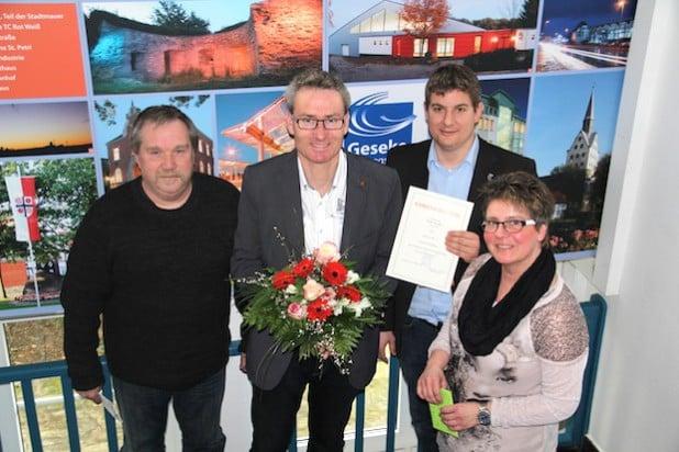 Bürgermeister Dr. Remco van der Velden gratulierte Hubertus Peitz (2.v.l.) zum 25-jährigen Dienstjubiläum bei der Stadt Geseke. Den Wünschen schlossen sich Personalratsmitglied Ulrich Tölke (l.) und Gleichstellungsbeauftragte Birgit Dobbels (r.) an (Foto: Stadt Geseke).