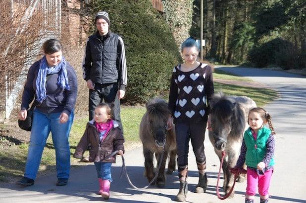 Beim Ausführen der Ponys waren die Kleinen ganz groß dabei (Foto: Stadt Lippstadt).