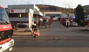 Brand in Industriebetrieb beschäftigte Feuerwehr