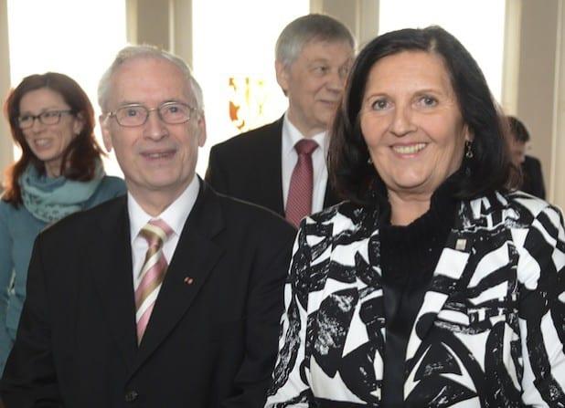 Landrätin Eva Irrgang hat zu Beginn der Kreistagssitzung am Donnerstag, 19. März 2015, Harald Blankenhahn (l.) als neues Kreistagsmitglied verpflichtet (Foto: Thomas Weinstock/Kreis Soest).