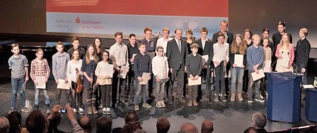 Landrat Thomas Gemke ehrte die jungen Musikerinnen und Musiker (Foto: Rolf Rutzen/Stadt Lüdenscheid).