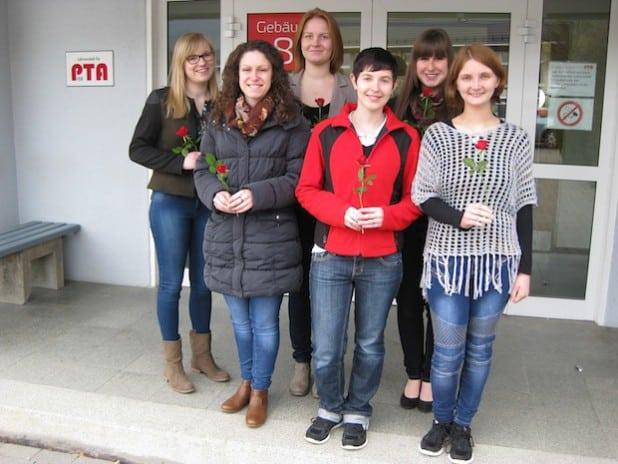 Die Absolventinnen vor dem Eingang der PTA-Lehranstalt in Olsberg (Foto: Pressestelle Hochsauerlandkreis).