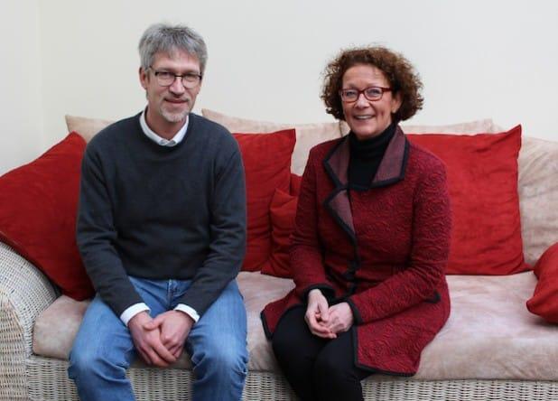 Stellvertretend für das Palliativnetz Siegen-Wittgenstein-Olpe überreichte die Vorsitzende Dr. Regina Mansfeld-Nies 5.000 Euro an Hospizleiter Burkhard Kölsch (Foto:  Diakonie in Südwestfalen gGmbH).
