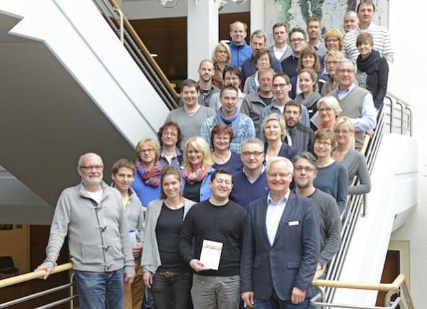 Kreisdirektor Dirk Lönnecke (unten 2. v. r.) gratulierte Kolleginnen und Kollegen, die sich erfolgreich den für das Sportabzeichen geforderten Leistungen gestellt haben (Foto: Judith Wedderwille/Kreis Soest).