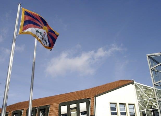 Der Kreis Soest zeigt sich mit dem tibetischen Volk solidarisch und hisst am Dienstag, 10. März 2015, vor dem Kreishaus die tibetische Flagge (Foto: Thomas Weinstock/Kreis Soest).