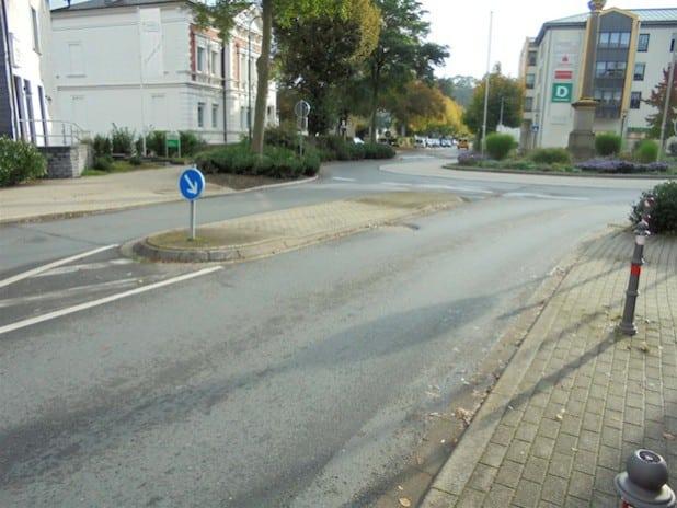 """Die Fußgängerüberwege am Kreisverkehr """"Niederstes Tor"""" werden barrierefrei (Foto: Hansestadt Attendorn)."""