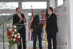 """Foto: Dr. Matthias Heider (links) und MIT-Kreisvorsitzender Markus Scherer (rechts) übergaben dem britischen Botschafter als Andenken eine Dampfmaschine """"Made in Südwestfalen"""". Foto: Sven Oliver Rüsche (sor)"""