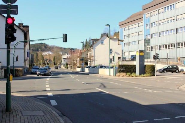 Vom 23. März bis voraussichtlich zum 3. April 2015 kommt es aufgrund der Beseitigung einer Gefahrenstelle zu Verkehrsbehinderungen auf der Windhauser Straße in Höhe der Einmündung Viega Platz (Foto: Hansestadt Attendorn).