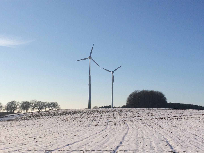 Foto: Vereinzelt gibt es sie schon. In der kleinen Variante. Die nächste Generation ist 200 Meter hoch. Wissen die Bürger, was da auf sie zu kommt? Darum geht es beim Bürgertreff Windenergie.
