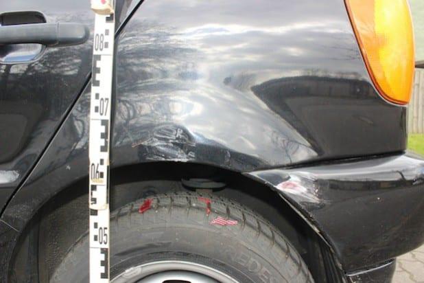 Der schwarze Polo wurde durch den Unfall stark beschädigt (Foto: Kreispolizeibehörde Soest).