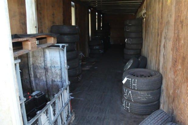 Aus diesem Container wurden 30 bis 40 Reifensätze entwendet (Foto: Kreispolizeibehörde Soest).