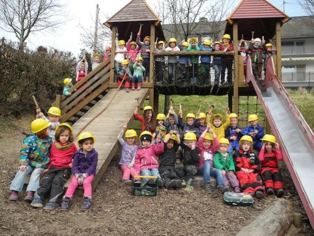 Mit Hammer, Helm, Schutzausrüstung und Blaumann zum Gruppenfoto. Die Kindergartenkinder in Würgendorf (Foto: Gemeinde Burbach).
