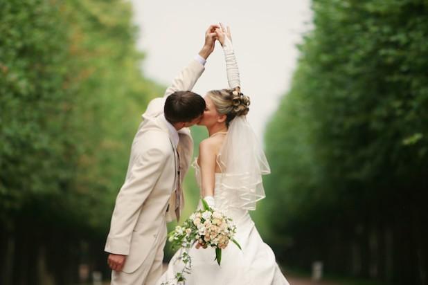 Unter freiem Himmel: Viele Bundesbürger wünschen sich ein besonderes Hochzeitsritual (Foto: djd/CreditPlus Bank/nikkytok/fotolia.com).