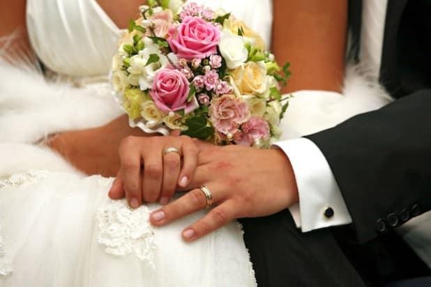 Zweisamkeit, liebe Gäste und ein privater Rahmen: Hochzeitsromantik hat viele Facetten (Foto: djd/CreditPlus Bank/fotolia.com/Friday).