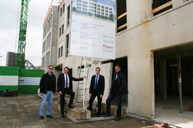 Dr. Michael Prinz, Bürgermeister Bernhard Baumann, Wirtschaftsjunior Florian Kapp und Baudezernent Wolfgang Weber (v.l.) waren jetzt zur Begutachtung des neuen Ärztezentrums im Bitzegarten in Neunkirchen (Foto: Gemeinde Neunkirchen).