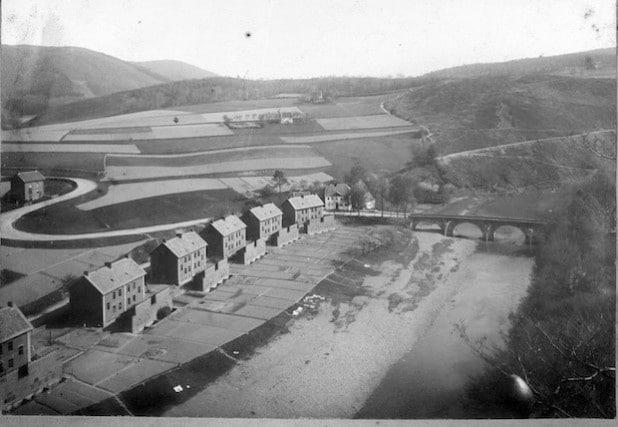 Nachrodt mit Werkswohnungen und der Lennebrücke, um 1894 (Foto: Kreisarchiv).