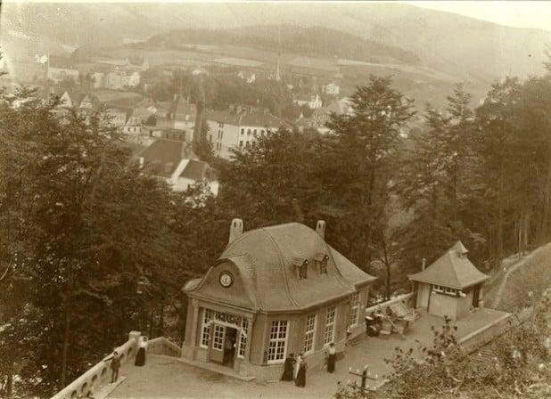 Der Bahnhof Plettenberg-Stadt mit Blick auf Plettenberg um 1910 (Foto: Kreisarchiv).