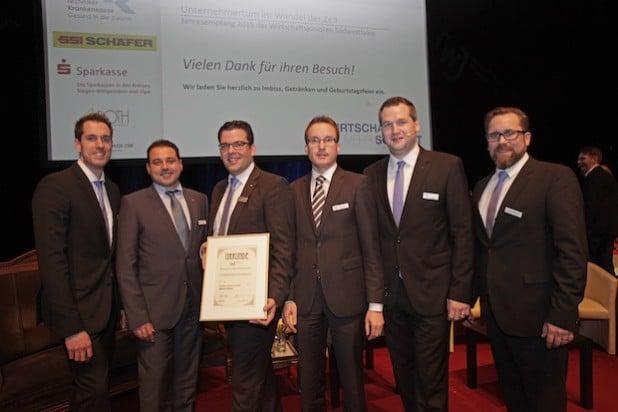 """Markus Weber (3. v. l.) wurde mit der """"Goldenen Ehrennadel"""" ausgezeichnet. Mit dabei (v. l. n. r.): Fabian Kapp, David Pesamosca und Makus Lenders (beide WJ NRW), Timm Bendinger und Jan Lingelbach (WJSW) - Foto: Josef Wiesmann, Wirtschaftsjunioren."""