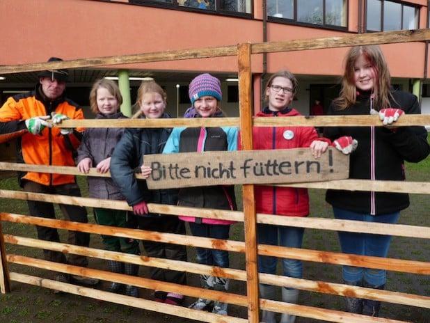 Stolz präsentieren Josefine, Madita, Hannah, Sina und Lina (von links) das erste Hordengatter, das sie selbständig zusammengebaut haben (Foto: Stadt Lippstadt).