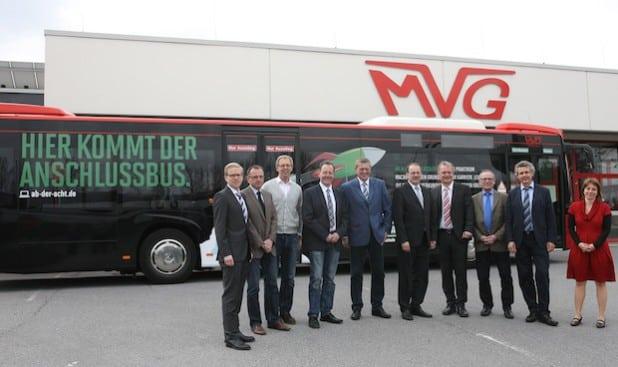 Vertreter aus Handwerk, Industrie, Politik und Verwaltung stellten in Iserlohn den neuen Werbebus vor (Foto: Hendrik Klein/Märkischer Kreis).