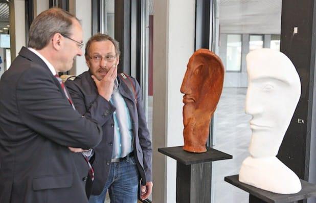 Landrat Thomas Gemke im Gespräch mit Künstler Gerd Jörgens (Foto: Hendrik Klein/Märkischer Kreis).