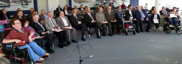 Landrat Dr. Karl Schneider und Kreisdirektor Dr. Klaus Drathen mit den geehrten Behinderteninteressenvertretern (Foto: Pressestelle HSK).