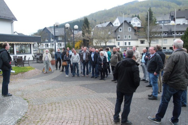 In Ramsbeck informierten sich Rat und Verwaltung über die Planungen zur Umgestaltung des Dorfplatzes (Foto: Gemeinde Bestwig).