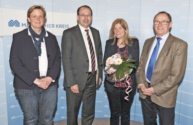 Vera Besser (2.v.r.) wurde von Anja Tadday-Schilchtig, Landrat Thomas Gemke und Fachbereichsleiter Eckehard Beck verabschiedet (Foto: Hendrik Klein/Märkischer Kreis).