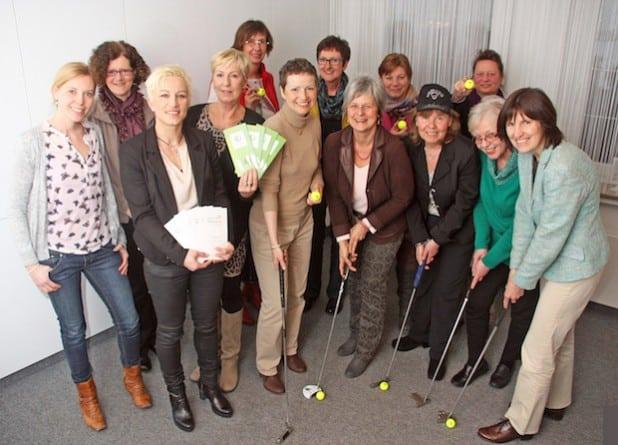 Die Frauen des Frauennetzwerks Hellweg freuen sich auf den ersten Bürogolf-Contest im Kreis Soest (Foto: Stephanie Schmitt-Rodermund).