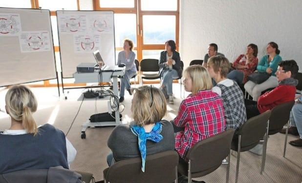 In kleineren Gruppen konnte jede Schule sich und ihr pädagogisches Konzept vorstellen (Foto: Hendrik Klein/Märkischer Kreis).