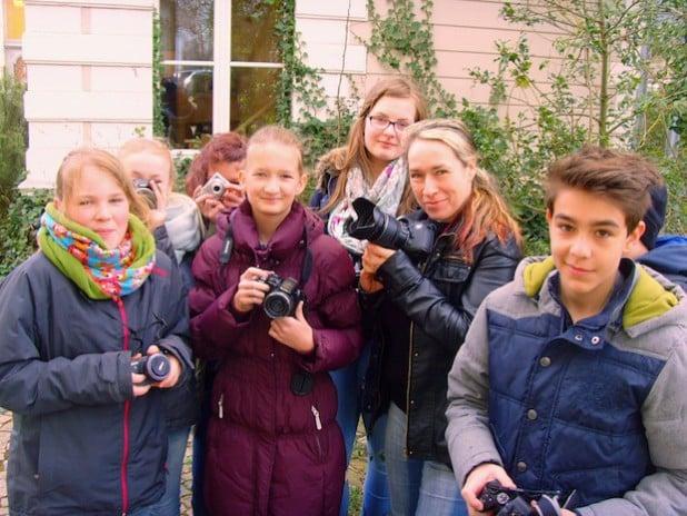 Unter Anleitung von Fotografin Katja Schildheuer (Mitte) lernten die Jugendlichen vieles rund ums Fotografieren und die Bildbearbeitung (Foto: Stadt Lippstadt).