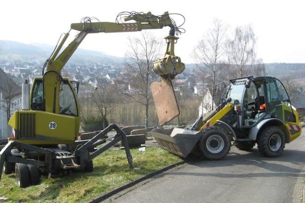 Im Frühjahr ebnen die Mitarbeiter des Bauhofs, unterstützt von Bagger und Radlager, Gräber auf den Wilnsdorfer Friedhöfen ein (Foto: Gemeinde Wilnsdorf)