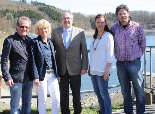 Trafen sich an der Camping-Anlage Hanemicke: Landrat Frank Beckehoff und die neue Eigentümer-Familie (von links): Winfried Schmidt-Schürmann, Gerlinde Schürmann, Landrat Frank Beckehoff, Doro Schürmann und Konrad Schürmann (Foto: Kreis Olpe).
