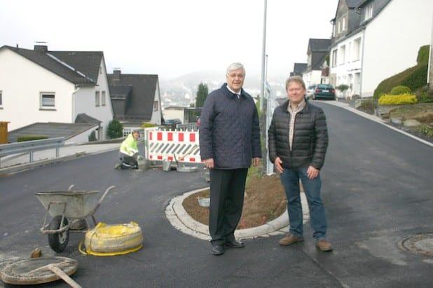Bürgermeister Uli Hess und Bauleiter Andreas Fresen in der Hünenburgstraße: Die Sanierung ist so gut wie abgeschlossen (Foto: Stadt Meschede).