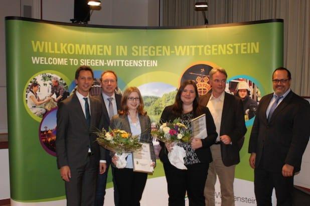 Landrat Andreas Müller (l.), PD Dr. Hans Graßl (2.v.l.), Univ.-Prof. Dipl.-Ing. Architekt Peter Karle (2.v.r.) und Prof. Dr.-Ing. Peter Haring Bolivar (r.) freuten sich mit den Preisträgerinnen Jana Klein (3.v.l.) und Ulrike Seppi (3.v.r.).