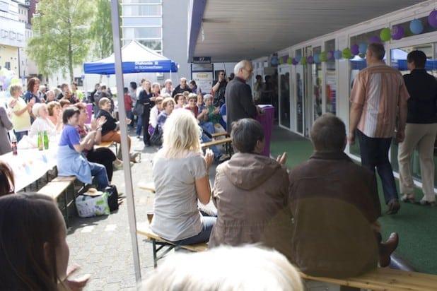 Das erste inklusive Frühlingsfest der Diakonie Sozialdienste im vergangenen Jahr war ein Erfolg: hunderte Gäste kamen in die Siegener Friedrichstraße (Foto: Diakonie in Südwestfalen gGmbH).