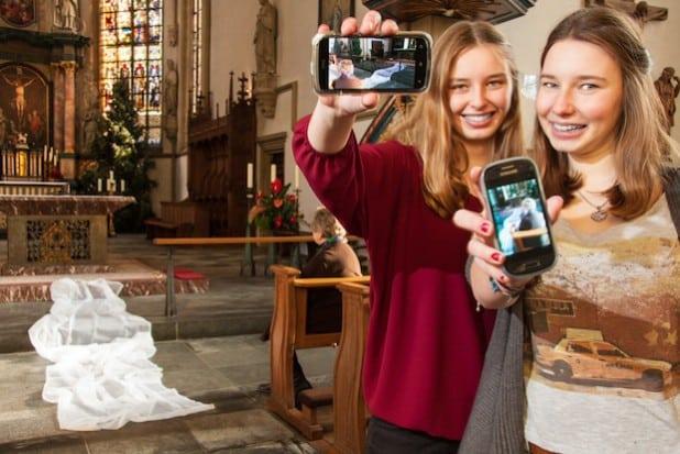 Maria Bruns (sitzend), Franziska Bruns, Maike Krebber (von links) in der Klosterkirche Liesborn (Foto: Oliver Schulte).
