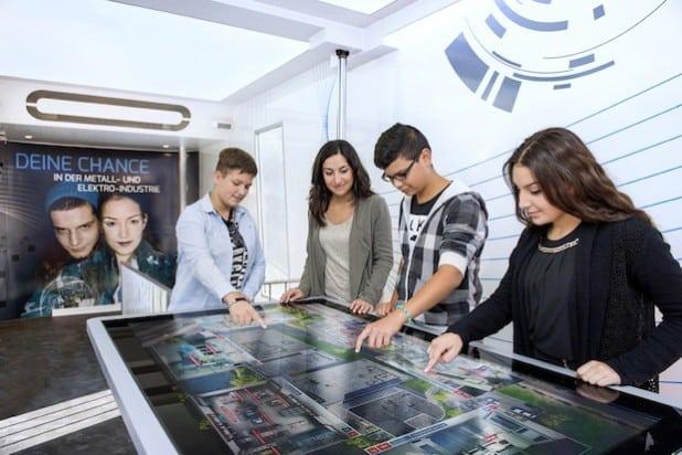 Auf einem 1,5 Quadratmeter großen Multitouchtable können sich bis zu sechs Besucher gleichzeitig auf eine interaktive Erkundungsreise durch ein virtuelles M+E-Unternehmen begeben - Quelle: Arbeitgeberverbände Siegen-Wittgenstein.