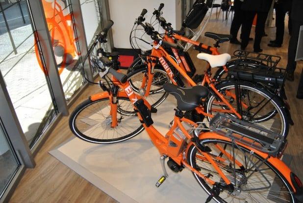 Elektro-Fahrräder stehen zum kostenlosen Verleih bereit
