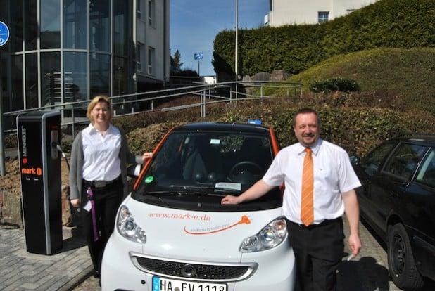 Daniela Grundmann (Kundenberatung) und Dirk Kattwinkel (Verkauf) an der Ladesäule für E-Mobile
