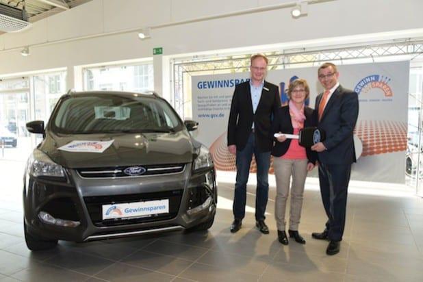 """Glücklich über den Hauptgewinn """"Ford Kuga"""" bei der Danke-Zusatzziehung ist die Gewinnsparerin Dorothee Nöker, Kundin der Volksbank Bigge-Lenne aus Lennestadt (Foto: Volksbank Bigge-Lenne eG)."""