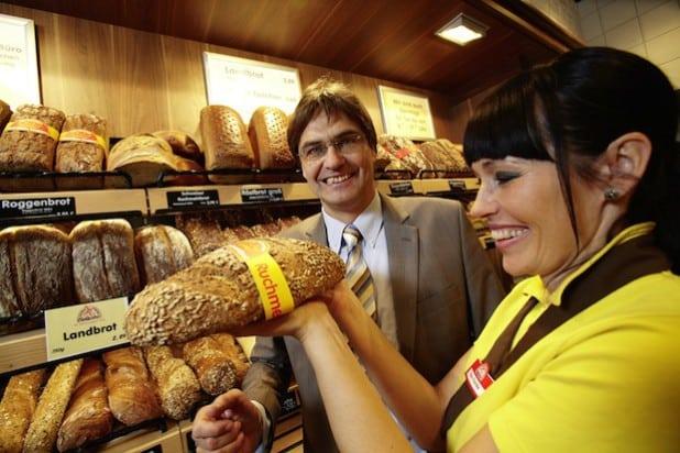 Dr. Peter Liese erhält für sein langjähriges Engagement die Ehrennadel des Deutschen Bäckerhandwerks - Foto: Zentralverband des Deutschen Bäckerhandwerks e.V.