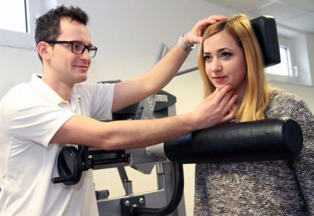 Der Soester Physiotherapeut Magén Peshkepia von der Praxis Physio Plus behandelt eine Patientin mit Hilfe der computerunterstützten Trainingsgeräte - Foto: Physio Plus.