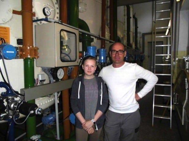 Die 12-jährige Johanna Scholz nutzt den Girls' Day, um sich mit Elektromeister Thomas Stiefe den technischen Bereich der Stadtwerke Hemer anzusehen (Foto: Stadtwerke Hemer).