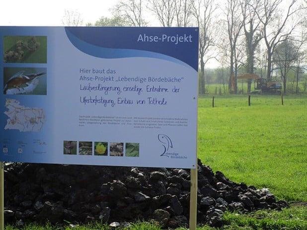 """Dieses Bauschild macht auf das Ahse-Projekt """"Lebendige Bördebäche"""" aufmerksam (Foto: Piske/Kreis Soest)."""