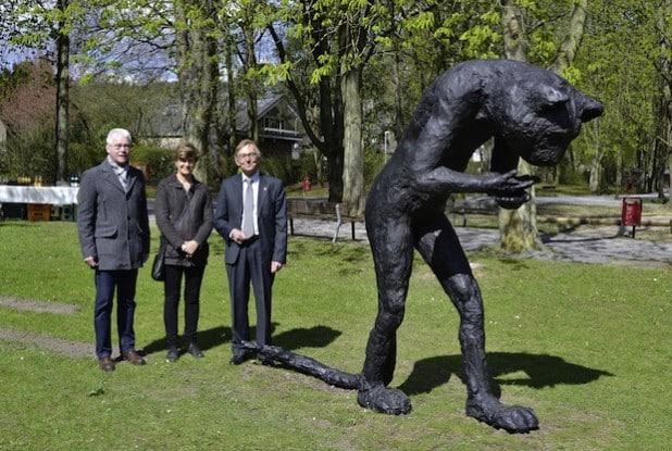 """Von links: Ulrich Thiele, Laura Ford und Bürgermeister Dr. Peter Paul Ahrens mit der """"Emissary Cat"""" im Letmather Volksgarten (Foto: Stadt Iserlohn)."""