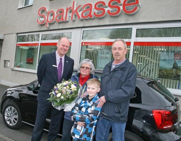 Sparkassen-Geschäftsstellenleiter Markus Köster und Familie Saretzki (v.l.n.r.) - Foto: Sparkasse Hagen.