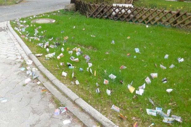 Jede Menge Papierschnipsel verstreuen Unbekannte nachts in den Bereichen Manhennenweg und Am Stode. Die Gemeinde Bestwig bittet um Hinweise (Foto: Gemeinde Bestwig).